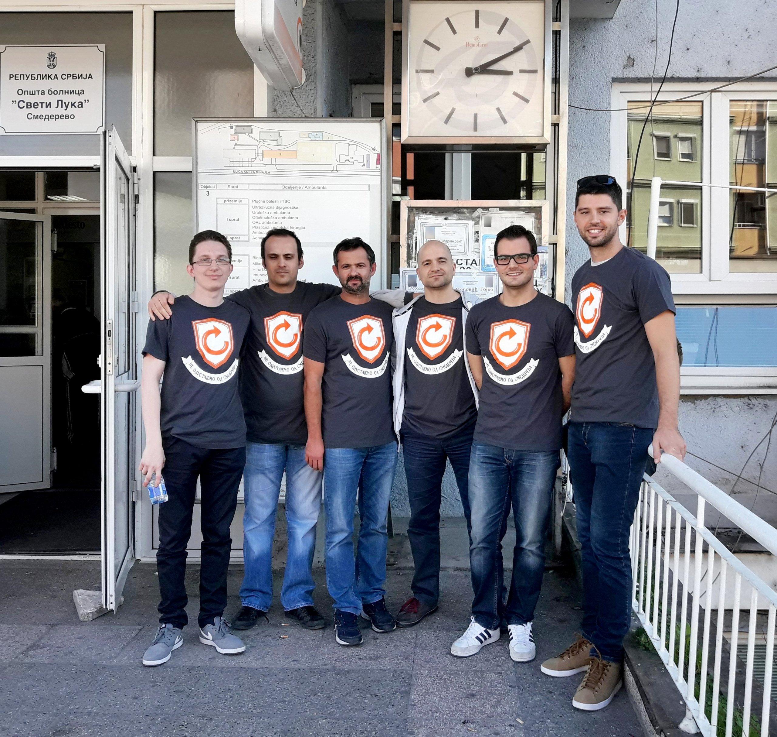 Група испред болнице, Смедерево