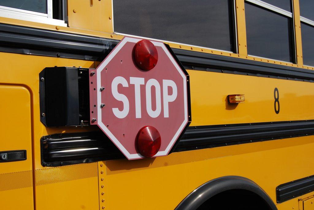 autobus-stop-bus-1098970_1920