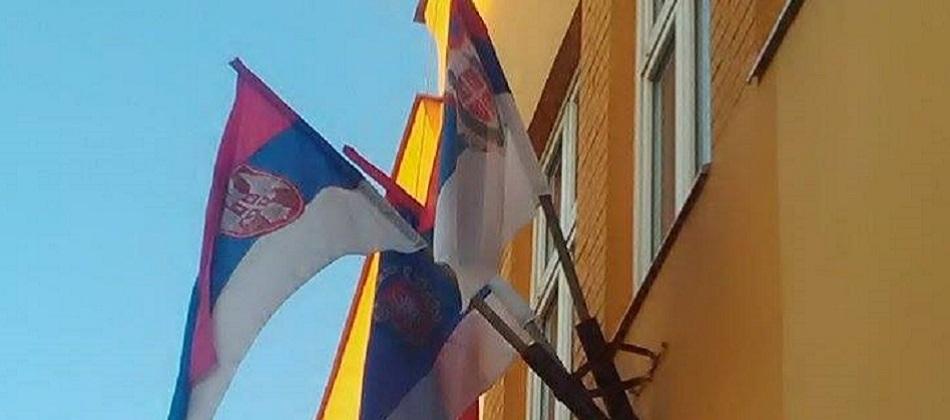Ириг - недостаје застава Војводине, традиционална застава Војводине је већ изложена