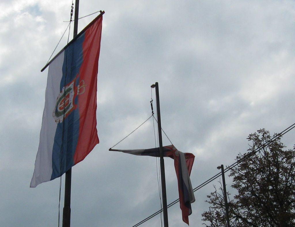 Рума - недостаје застава Војводине, традиционална застава Војводине је већ изложена